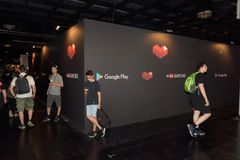 Αγόρια που στέκονται στο θάλαμο Youtube και Google σε Gamescom Στοκ φωτογραφία με δικαίωμα ελεύθερης χρήσης