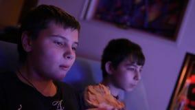 Αγόρια που τρώνε μπροστά από τη TV απόθεμα βίντεο