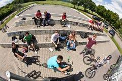 Αγόρια σε ένα πάρκο σαλαχιών που προσέχει άλλο Στοκ Φωτογραφία