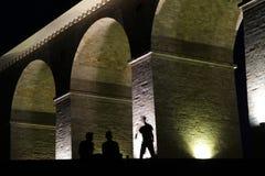 Αγόρια σκιών κάτω από τη γέφυρα Στοκ Φωτογραφία
