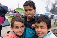 Αγόρια στο στρατόπεδο προσφύγων στην Ελλάδα Στοκ Φωτογραφία