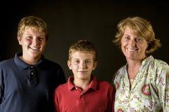 Αγόρια Mom και εφήβων - ευτυχής οικογένεια μονοκύτταών Στοκ Εικόνες