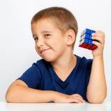 αγόρι έξυπνο Το παιδί έλυσε το πρόβλημα Συνέλεξε έναν κύβο Rubik ` s Στοκ φωτογραφίες με δικαίωμα ελεύθερης χρήσης