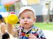 αγόρι έξω από το παιχνίδι του καλοκαιριού Στοκ εικόνες με δικαίωμα ελεύθερης χρήσης