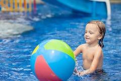 αγόρι λίγη κολύμβηση λιμνών Στοκ Φωτογραφία