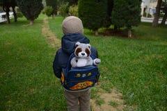 αγόρι λίγο περπάτημα Στοκ εικόνα με δικαίωμα ελεύθερης χρήσης