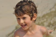αγόρι λίγο πορτρέτο Ένα παιδί με τη σγουρή τρίχα Στοκ Εικόνα