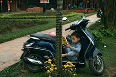 Αγόρι ανάγνωσης σε μια μοτοσικλέτα στοκ φωτογραφίες