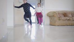 Αγόρι αφροαμερικάνων και δύο κορίτσια που παίζουν στο σπίτι Τρία ευτυ φιλμ μικρού μήκους