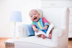 αγόρι βιβλίων λίγη ανάγνωση Στοκ εικόνες με δικαίωμα ελεύθερης χρήσης