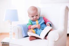 αγόρι βιβλίων λίγη ανάγνωση Στοκ Εικόνα