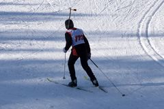 Αγόρι για να ενώσει τη φυλή σκι στους χειμερινούς αγώνες στοκ εικόνα