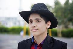 Αγόρι γυμνασίου με το μαύρο καπέλο Στοκ εικόνες με δικαίωμα ελεύθερης χρήσης