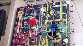Αγόρι δύο που αναρριχείται στον Ιστό και τον τοίχο αραχνών φιλμ μικρού μήκους