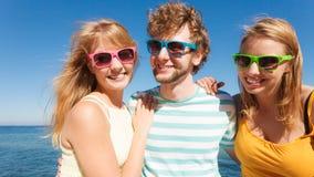 Αγόρι δύο φίλων ομάδας κορίτσια που έχουν τη διασκέδαση υπαίθρια Στοκ Εικόνα