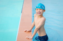 Αγόρι ευτυχές στην πισίνα Στοκ Εικόνα