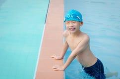 Αγόρι ευτυχές στην πισίνα Στοκ φωτογραφία με δικαίωμα ελεύθερης χρήσης