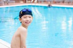 Αγόρι ευτυχές στην πισίνα Στοκ Εικόνες