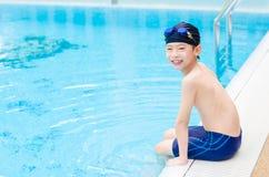 Αγόρι ευτυχές στην πισίνα Στοκ εικόνα με δικαίωμα ελεύθερης χρήσης