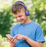 Αγόρι εφήβων με το τηλέφωνο Στοκ Εικόνα