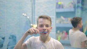 Αγόρι εφήβων που βουρτσίζει τα δόντια του στο λουτρό, υγειονομική περίθαλψη φιλμ μικρού μήκους