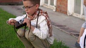 Αγόρι εφήβων που παίρνει τη φωτογραφία στην παλαιά κάμερα απόθεμα βίντεο
