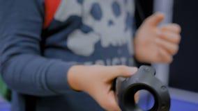 Αγόρι εφήβων που χρησιμοποιεί το ραβδί ελεγκτών εικονικής πραγματικότητας απόθεμα βίντεο