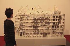 Αγόρι εφήβων στη architectoral έκθεση Στοκ Φωτογραφίες