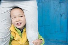 Αγόρι κάτω από το δίκρανο Στοκ φωτογραφία με δικαίωμα ελεύθερης χρήσης