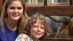 Αγόρι και αδελφή στο αγρόκτημα βοοειδών απόθεμα βίντεο