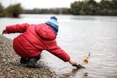 Αγόρι και βάρκα Στοκ Φωτογραφίες