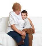 Αγόρι και γιαγιά παιδιών στην άσπρη, ευτυχή οικογενειακή έννοια Στοκ εικόνα με δικαίωμα ελεύθερης χρήσης