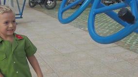 Αγόρι και ιπποδρόμιο απόθεμα βίντεο