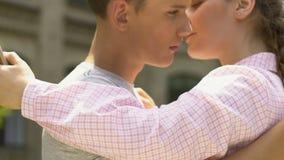 Αγόρι και κορίτσι εφήβων που αγκαλιάζουν, αγνοώντας ο ένας τον άλλον, που χρησιμοποιεί smartphones, εθισμός απόθεμα βίντεο