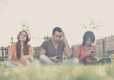 Αγόρι και κορίτσι που ακούνε τη μουσική Στοκ Φωτογραφίες