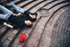 Αγόρι και κορίτσι που βρίσκονται στα σκαλοπάτια και το υπόλοιπο Στοκ φωτογραφία με δικαίωμα ελεύθερης χρήσης