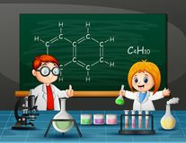 Αγόρι και κορίτσι που κάνουν το χημικό πείραμα διανυσματική απεικόνιση
