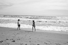 Αγόρι και κορίτσι που τρέχουν και που παίζουν στο beatch μπροστά από τη θάλασσα Sepi Στοκ φωτογραφίες με δικαίωμα ελεύθερης χρήσης