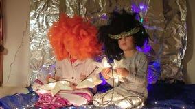 Αγόρι και κορίτσι στα αστέρια λαβής κοστουμιών απόθεμα βίντεο