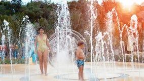 Αγόρι και μητέρα στο waterpark φιλμ μικρού μήκους