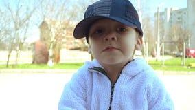 Αγόρι και μπισκότα απόθεμα βίντεο