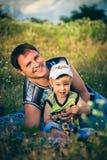 Αγόρι και πατέρας στο πικ-νίκ Στοκ φωτογραφία με δικαίωμα ελεύθερης χρήσης