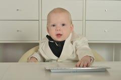 Αγόρι και υπολογιστής μικρών επιχειρήσεων Στοκ Εικόνα