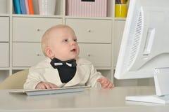 Αγόρι και υπολογιστής μικρών επιχειρήσεων Στοκ φωτογραφία με δικαίωμα ελεύθερης χρήσης