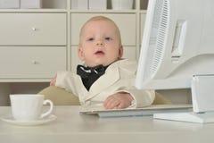 Αγόρι και υπολογιστής μικρών επιχειρήσεων Στοκ εικόνες με δικαίωμα ελεύθερης χρήσης