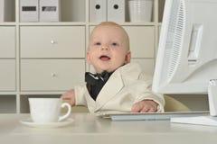 Αγόρι και υπολογιστής μικρών επιχειρήσεων Στοκ εικόνα με δικαίωμα ελεύθερης χρήσης