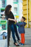 Αγόρι και mom στην πόλη, το λουλούδι και το παρόν Έννοια εορτασμού ημέρας μητέρων Στοκ φωτογραφία με δικαίωμα ελεύθερης χρήσης