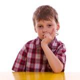 Αγόρι κατά το σκέψη Στοκ φωτογραφίες με δικαίωμα ελεύθερης χρήσης