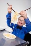 αγόρι κινέζικα που τρώει τα πεινασμένα noodles ραβδιά Στοκ φωτογραφία με δικαίωμα ελεύθερης χρήσης