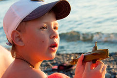 αγόρι κοντά στη θάλασσα Στοκ Εικόνα